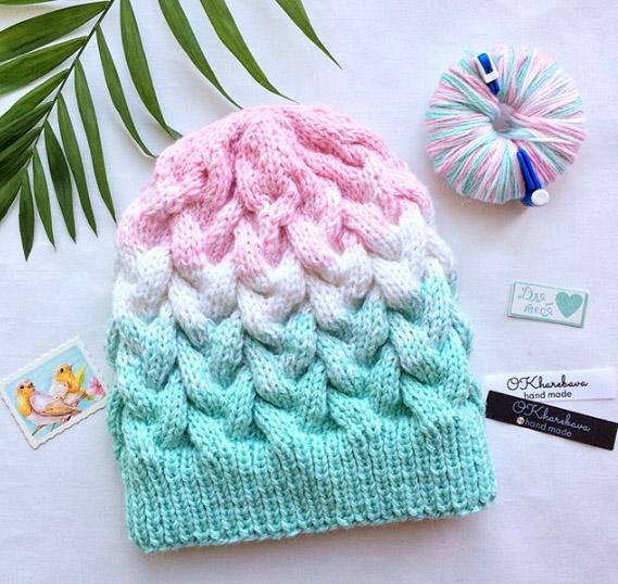 Разноцветная шапка спицами