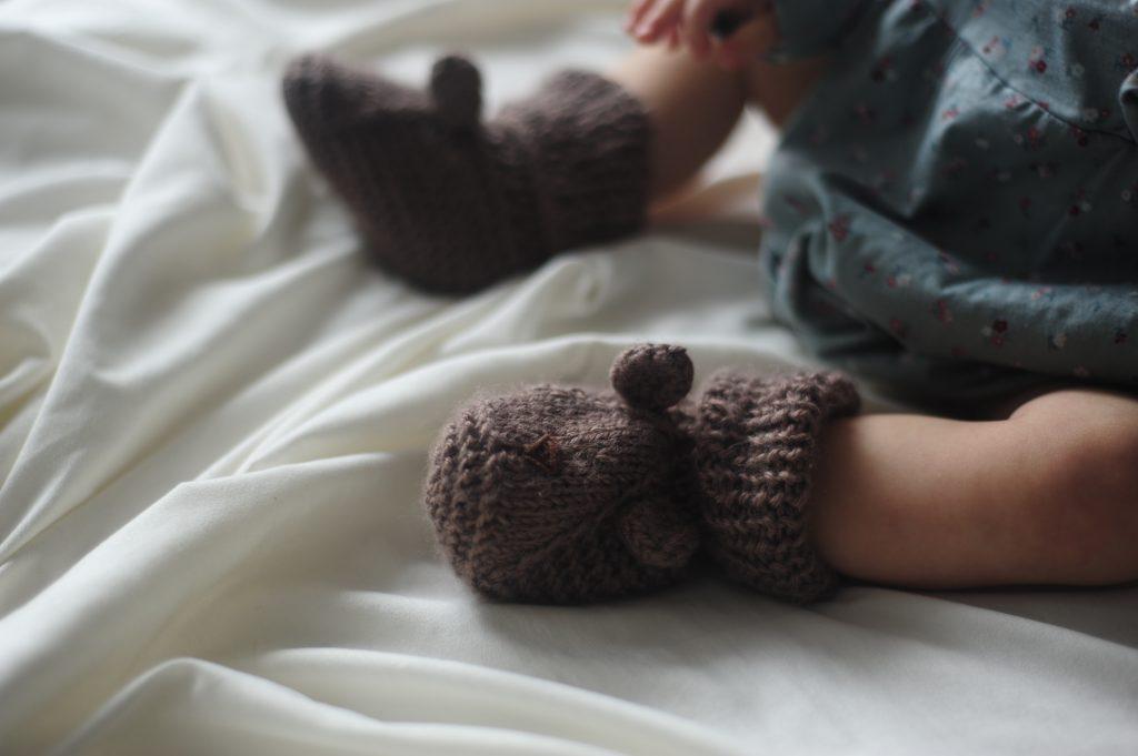 Простые пинетки спицами для малыша