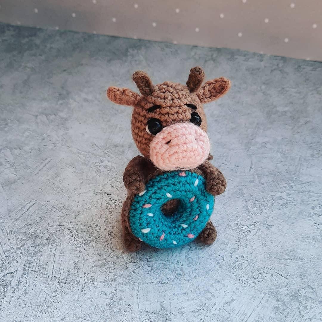 Бык с пончиком на новый год крючком